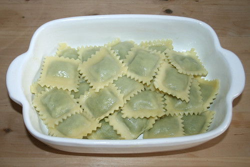 30 - Ravioli in Auflaufform geben / Add ravioli to casserole