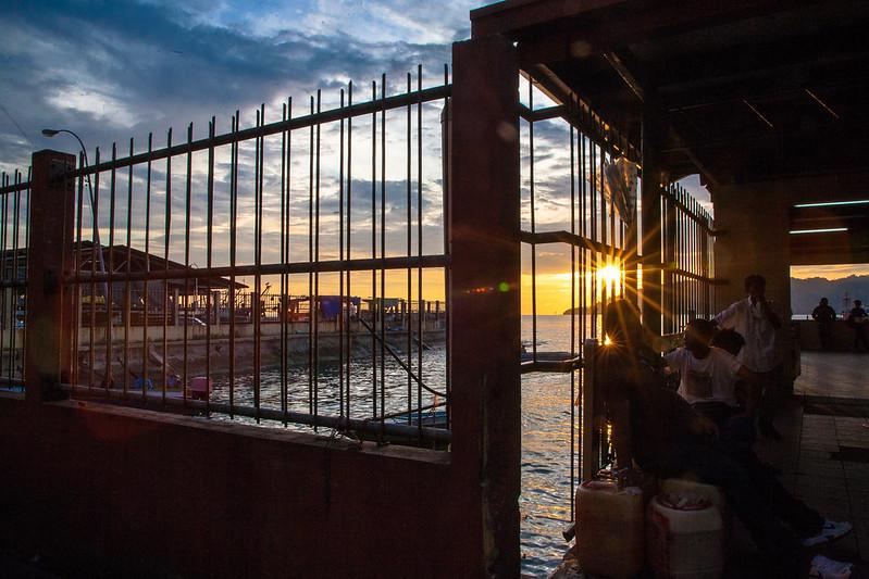 日落,漁港往來的人也多了起來