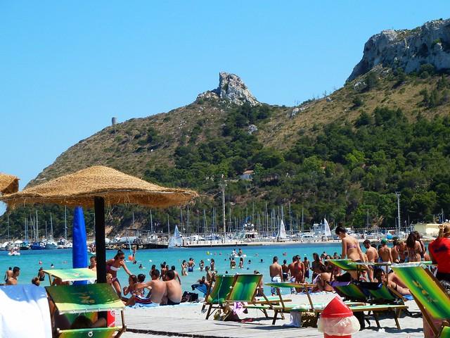 Cagliari,  la spiaggia del Poetto e dietro la Sella del Diavolo
