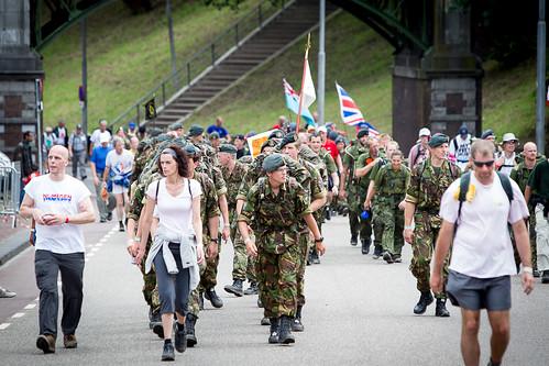 Britse soldaten en wandelaars finishen bijna