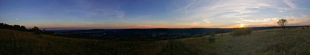 Panorama du coucher de soleil au Mont Saint Quentin