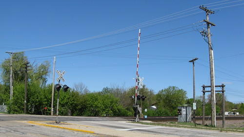 The Dempster Street railroad crossing.  Des Plaines Illinois USA. April 2012. by Eddie from Chicago