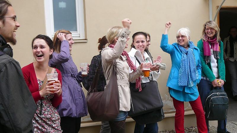 Vzhledem k tomu, že vítězný obrázek byl skupinovým dílem, museli se výherci o piva podělit. Foto: Adéla Procházková