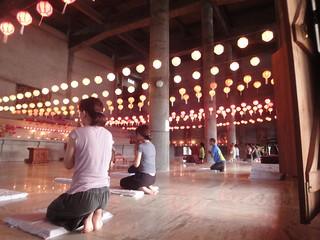 Interior da zona de meditação do mosteiro budista em Lumbini