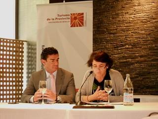 Amador Sánchez, Gerente de Turismo de la Provincia de Sevilla, y María Dolores Bravo, Diputada de Innovación y Empleo de la Diputación sevillana, durante la presentación.