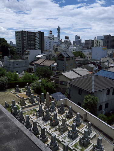 Scene of Tsuten-kaku with graveyards.