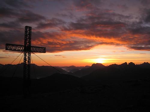 """sun mountain berg clouds sunrise canon dawn austria is österreich am cross wolken ixus summit sumit sonne stein sonnenaufgang manfrotto mandl morgenrot gipfelkreuz gipfel 960 rottenmann mandl"""""""