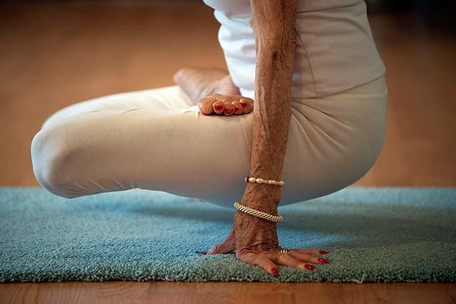 Hartsdale, New York, US: Yoga instructor Tao Porchon-Lynch poses