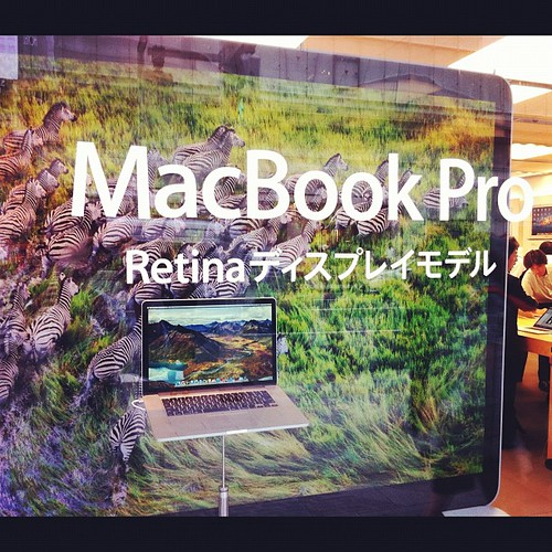 Checking out the new MacBook Pro with Retina display at Apple Store, Ginza.