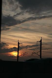 夕暮れの中を行く新幹線E5系