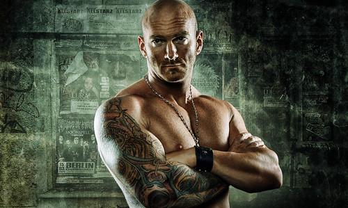 無料写真素材, 人物, 男性, アメリカ人, 腕組み・腕を組む, 刺青・タトゥー