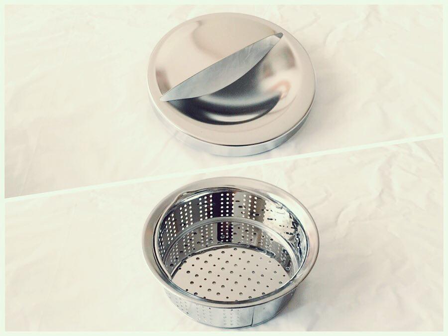 台所シンクのステンレス製排水口カバープレートとパンチングメタル式浅型排水口