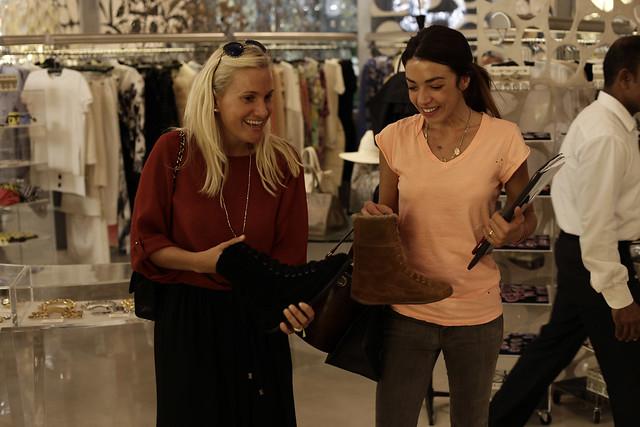 Giulia Zoppas e Valentina Scambia si scambiano opinioni sulla nuova collezione autunno inverno di FitFlop