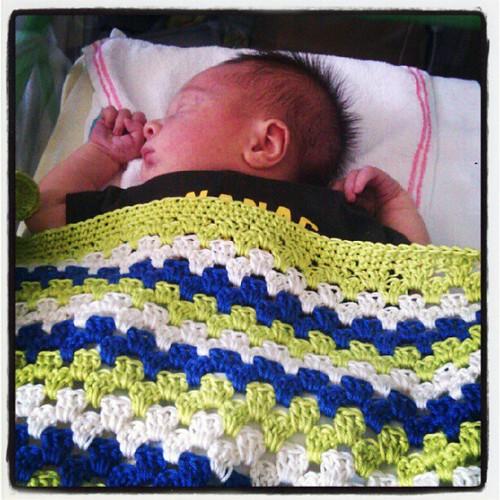 Nog een kindje met een gehaakt dekentje