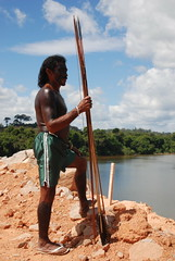 佇立於美山水壩施工現場的亞馬遜原住民(莫聞攝)