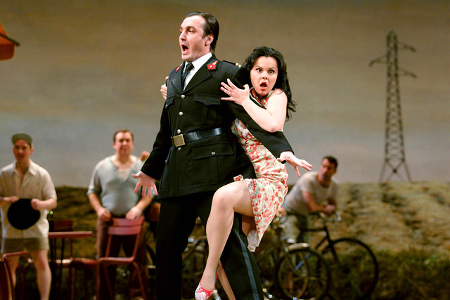 Ludovic Tézier as Belcore and Aleksandra Kursak as Adina in L'Elisir d'amore. ©ROH/Catherine Ashmore 2007