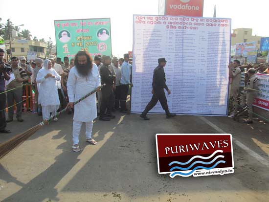 Dera Sacha Sauda Guruji cleaning the specific area at Medical Chowk