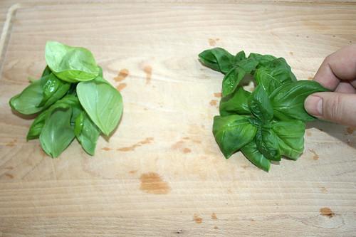 21 - Basilikumblätter zupfen / Pick basil leafes