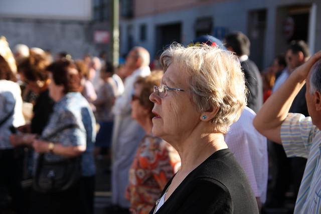 Señora cantando en la procesión
