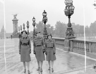 CWAC personnel crossing the Alexandre III bridge, Paris, France / Membres du SFAC traversant le pont Alexandre III, à Paris, en France