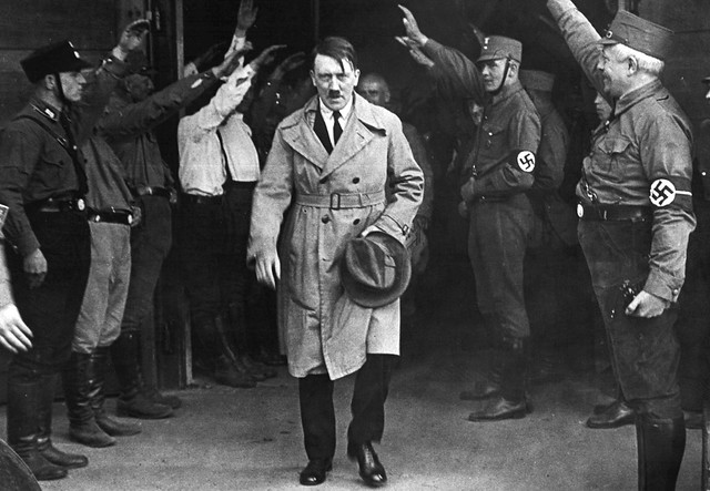 Adolf Hitler saliendo de la sede del partido Nazi (Munich, 1931) from Flickr via Wylio