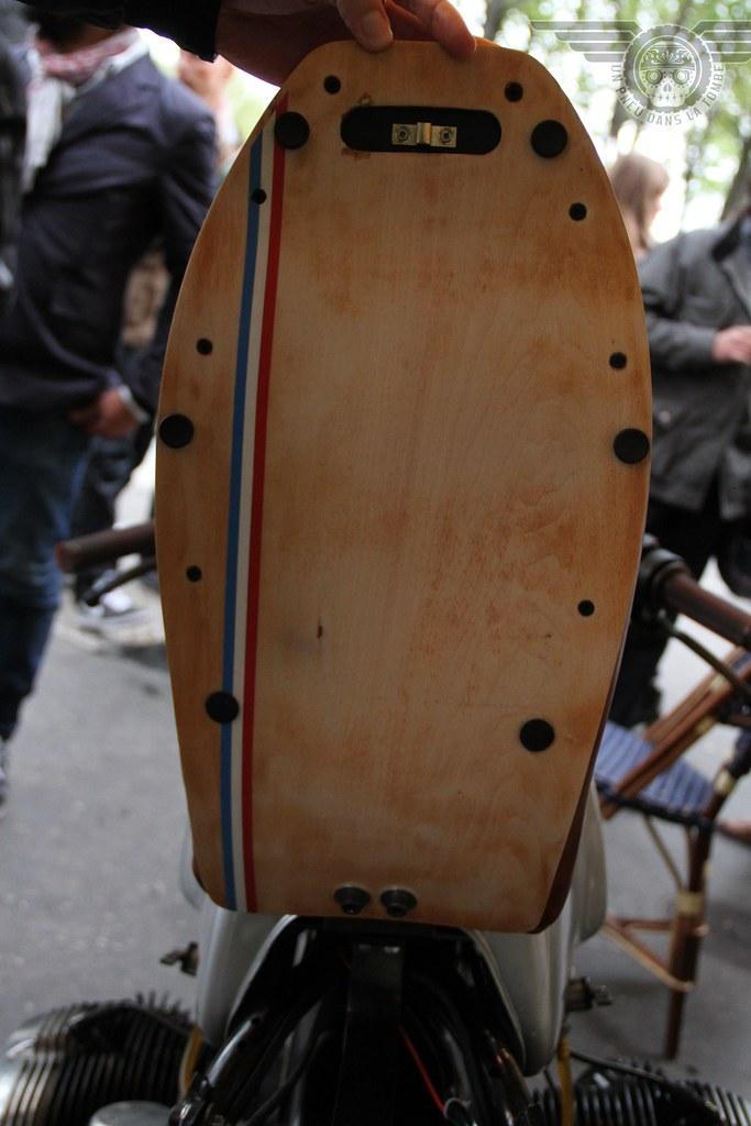 Vue de détail de la selle articulée de cette prépa, conçue pour accueillir un antivol.