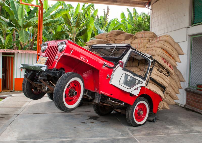Imagen de un Jeep Willys cargado con café