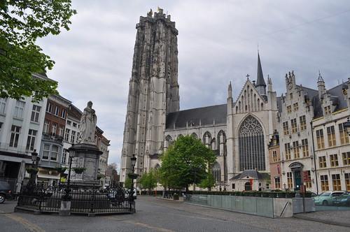 2012.04.29.320 - MECHELEN - Grote Markt - Standbeeld van Margaretha van Oostenrijk / Sint-Romboutskathedraal