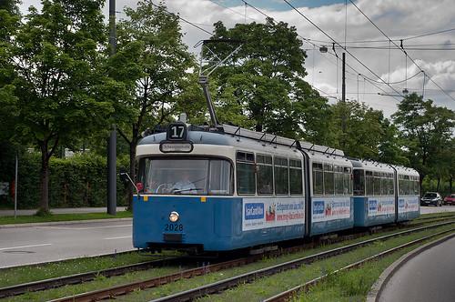 P-Wagen 2028 trägt neue Werbung für das Isarcardabo, hier am Steubenplatz