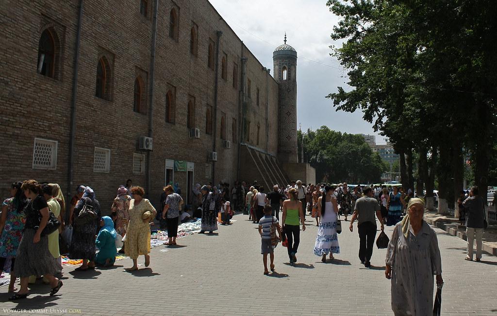 O mercado está logo ao lado da Madrassa Koukeldach, aqui, representada na fotografia.