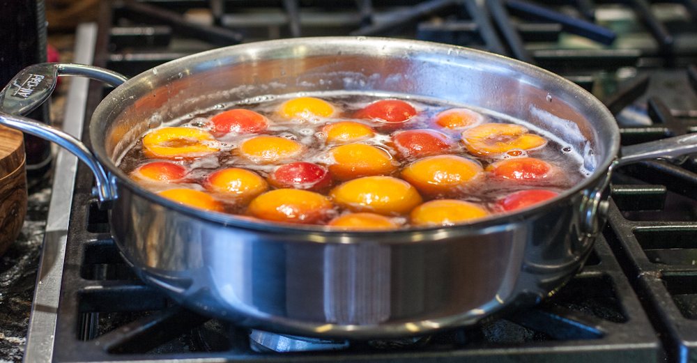 Heating apricots in syrup before packing into jars