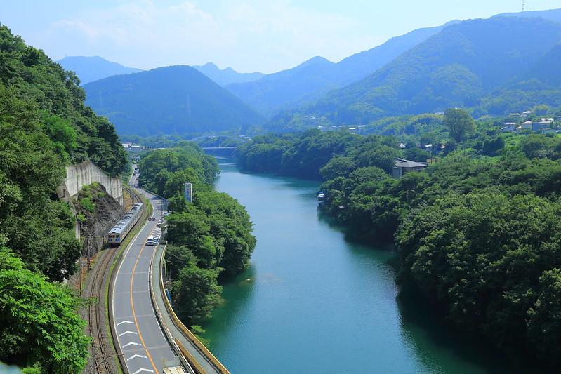 秩父鉄道と国道と荒川が並列する隘路