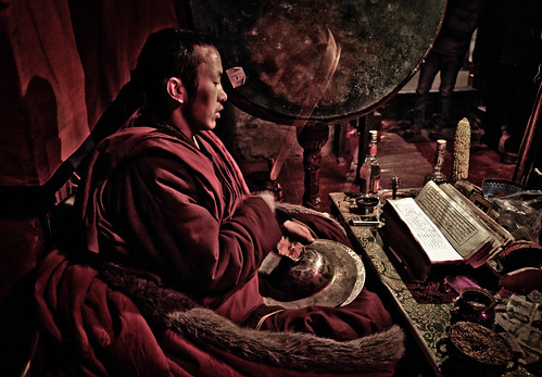 Monk chanting and praying in Samye Monastery, Tibet, January 2011 (Photo: Erik Törner, IMs bildarkiv)