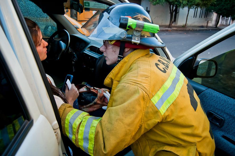 Una mujer bombero de Sajonia asiste a una mujer embarazada que sufrió un accidente a bordo de un vehículo en el cruce de las calles Alberdi y 2da. proyectada de la ciudad de Asunción. Dos vehículos colisionaron en esta esquina generando duros golpes a la humanidad de la víctima. La mujer fue trasladada urgentemente hasta un centro médico en la ambulancia de la 3ra. Compañía. (Elton Núñez)