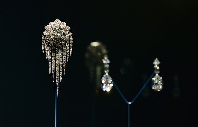 press-preview-diamonds-exhibition-buckingham-20120628-163304-447
