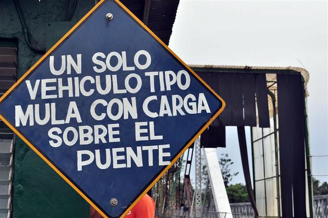 paso fronterizo con Costa Rica: En todos los cruces fronterizos entre ambos países ... los puentes y pasos son viejos y antiguos ... lo que hacen que sea una aventura. paso fronterizo con costa rica - 7598167882 7c4fbf6777 z - Panamá, paso fronterizo con Costa Rica