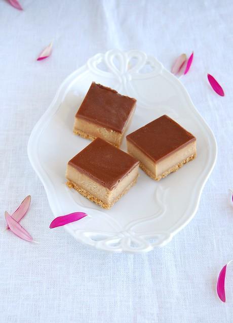 Chocolate peanut butter cheesecake squares / Quadradinhos de cheesecake de manteiga de amendoim e chocolate
