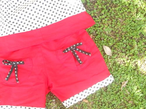 pantaloncini rossi con bordino a contrasto e fiocchetti sulle tasche