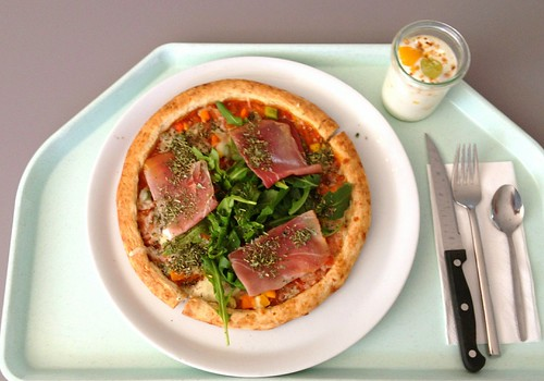 Pizza mit Ruccola & geräuchertem Schinken / Pizza with ruccola & gammon
