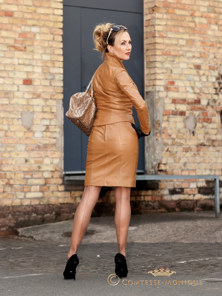 Comtesse-Monique_leather skirt suit, gloves, seamed stockings, high heels (4)