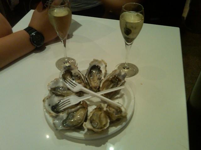 plato de ostras con vino