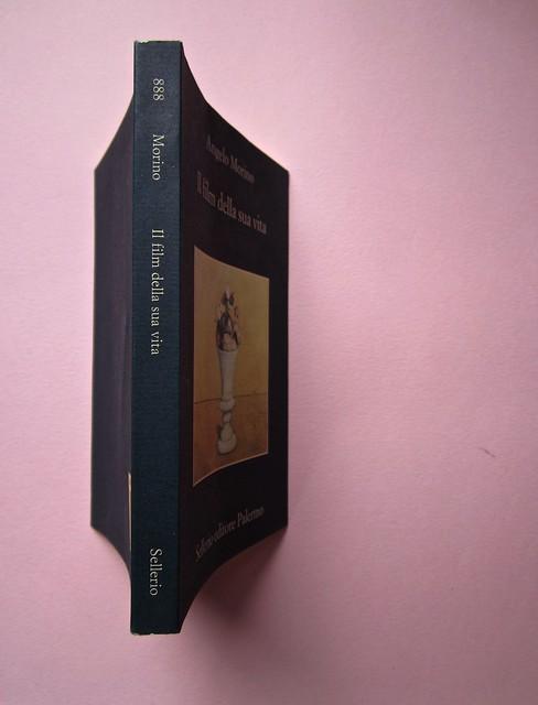 Angelo Morino, Il film della sua vita, Sellerio 2012. [resp. grafica non indicata]. Quarta di copertina, dorso, copertina (part.), 1