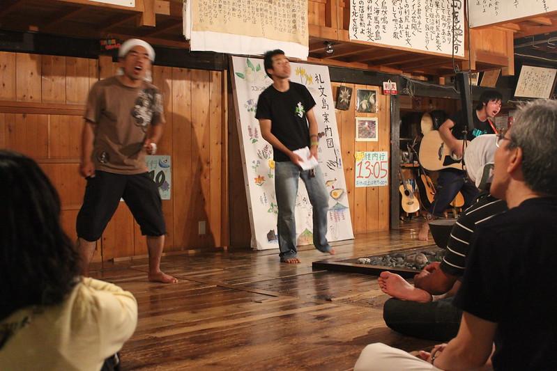 桃岩荘での歌と踊り