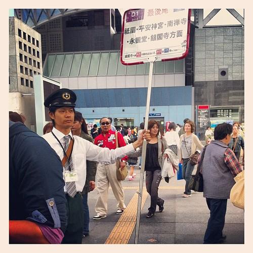 """En la estación de autobuses de Kyoto hay """"marcadores de cola"""",carteles humanos para saber por donde va la cola del bus #kyoto #japan"""