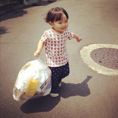 ゴミ出しするもうすぐ2歳女子。