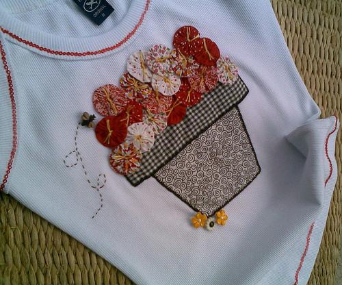 Camiseta com Aplique e Fuxico by Fazendo Arte by Ana Tulio