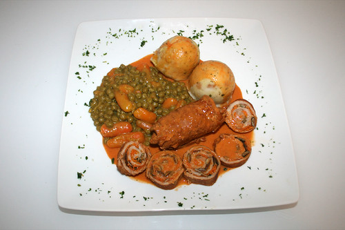 45 - Steirische Kalbsrouladen mit Möhren & Kürbiskernen / Styrian veal roulade with carrots & pumpkin seeds - Serviert