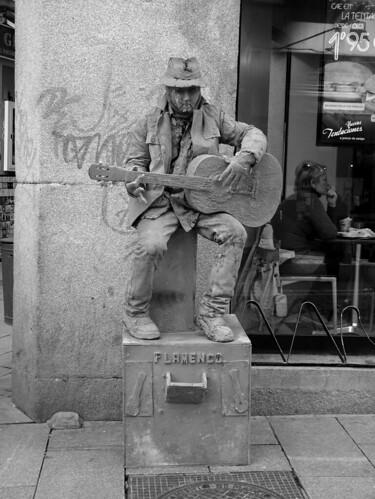 Estatuas vivientes; el guitarrista de arcilla  / blanco & negro/ Madrid by FFMENDOZA -AUSTRALIA