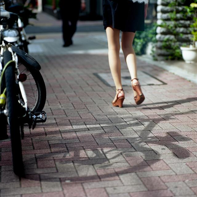 歩道の影絵