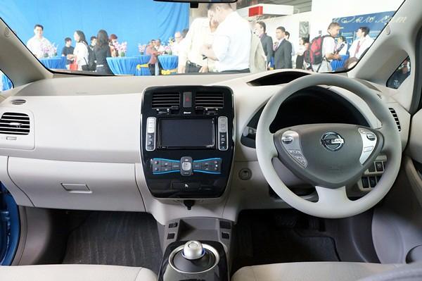 nissan leaf - all electric car-017